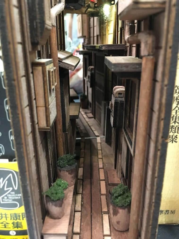 Los sujetalibros de madera únicos transforman la diorama de los callejones estrechos de Tokio
