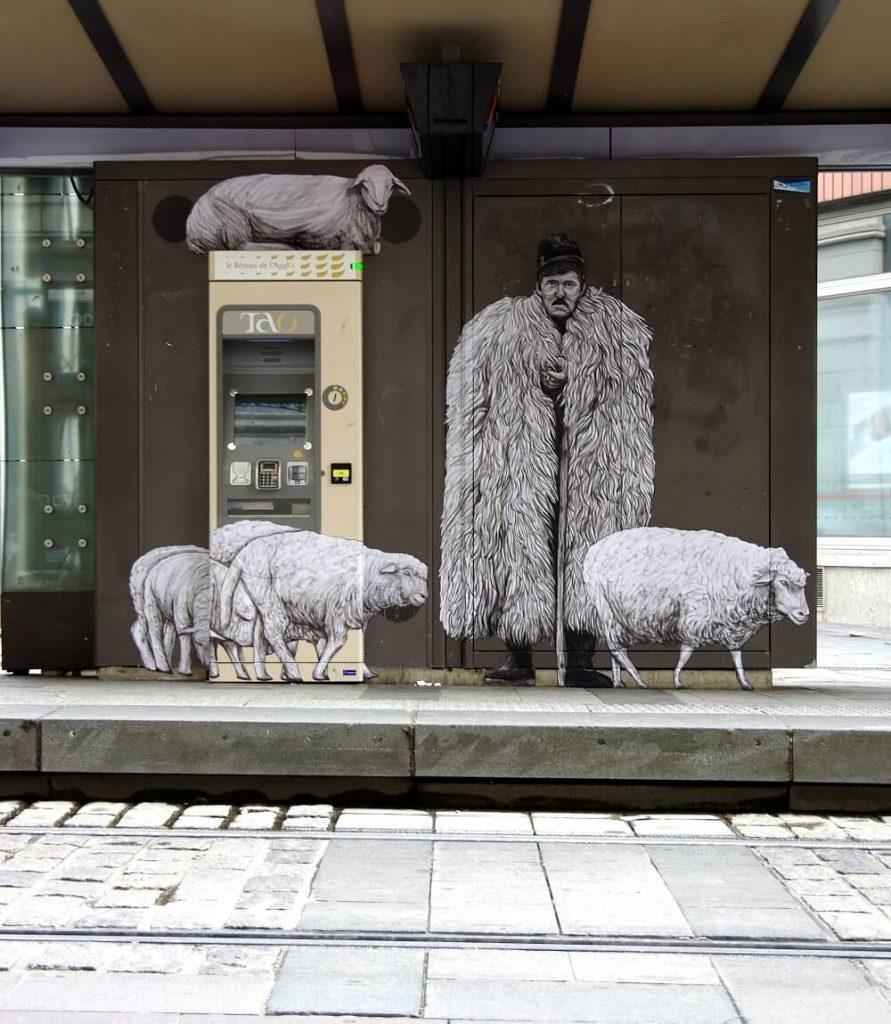 Nuevas Intervenciones Urbanas Humorísticas de Levalet Combinan Obras de Pasta de Trigo con Arquitectura Pública