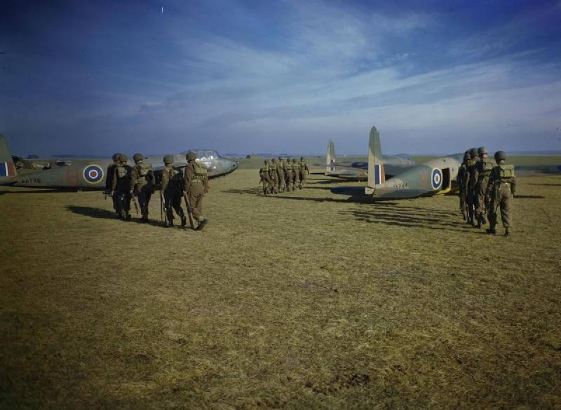 Seis grupos de paracaidistas de la 1.a División Aerotransportada marchando hacia planeadores Hotspur de la Unidad de Ejercicio Piloto de Planeadores en Netheravon, octubre de 1942.