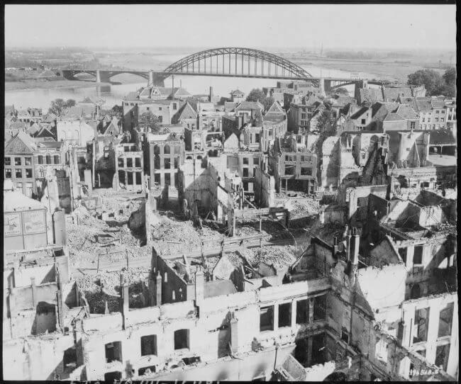 Nijmegen y el puente, representados después de la batalla en septiembre de 1944.