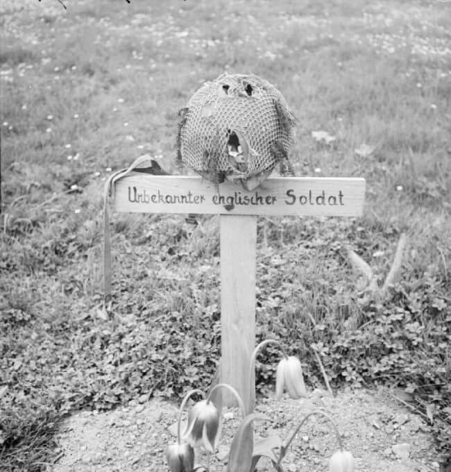 La tumba de un desconocido soldado aerotransportado británico en Arnhem, fotografiada después de su liberación el 15 de abril de 1945.
