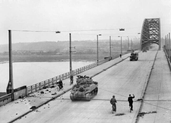 Cuando el XXX Cuerpo Británico finalmente pudo cruzar el Puente Waal, ya era demasiado tarde para aliviar a Arnhem.