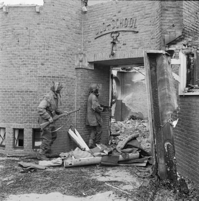 Los sargentos J Whawell y J Turl del Regimiento Piloto de Planeadores buscan francotiradores en la escuela ULO (Uitgebreid Lager Onderwijs) en Kneppelhoutweg, Oosterbeek, el 21 de septiembre de 1944.