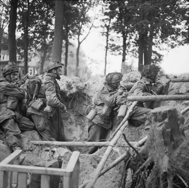 Cuatro hombres del 1.er Batallón de Paracaidistas, 1.ª División Aerotransportada (británica), se refugian en un agujero de caparazón a las afueras de Arnhem. 17 de septiembre de 1944.
