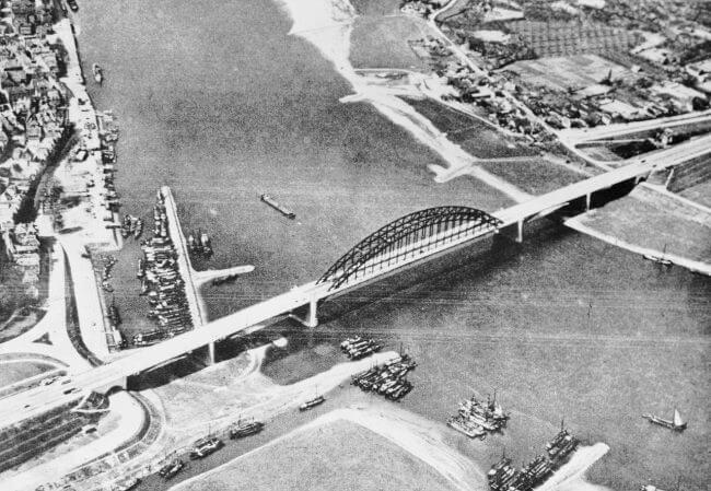 Una vista aérea del puente sobre el río Waal en Nijmegen. 17-20 de septiembre de 1944.