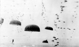 Los paracaídas se abren en lo alto cuando las olas de paracaidistas aterrizan en Holanda durante las operaciones del 1er Ejército Aerotransportado Aliado. Septiembre de 1944.