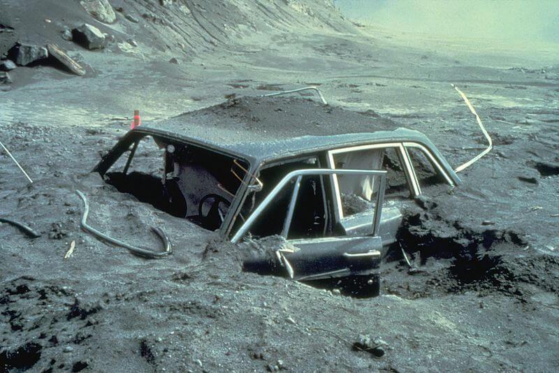 El auto del fotógrafo Reid Blackburn después de la erupción
