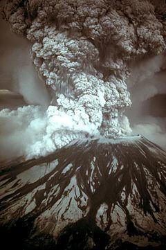Fotografía de la columna de erupción, 18 de mayo de 1980