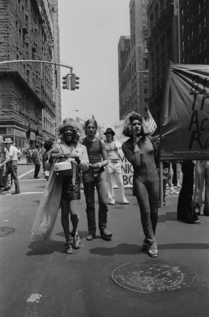 Johnson con sus amigos, incluida Sylvia Rivera, en un desfile en Nueva York
